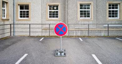 Wem steht das Recht auf eine Parklücke zu: Dem vorausfahrenden oder dem schnelleren Autofahrer?